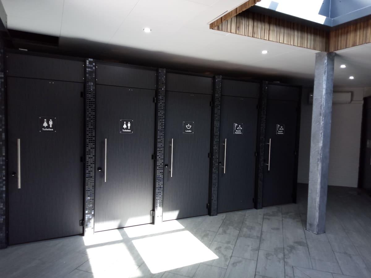 KVI créateur d'espaces sanitaires vous propose ses cabines sanitaires polycompact