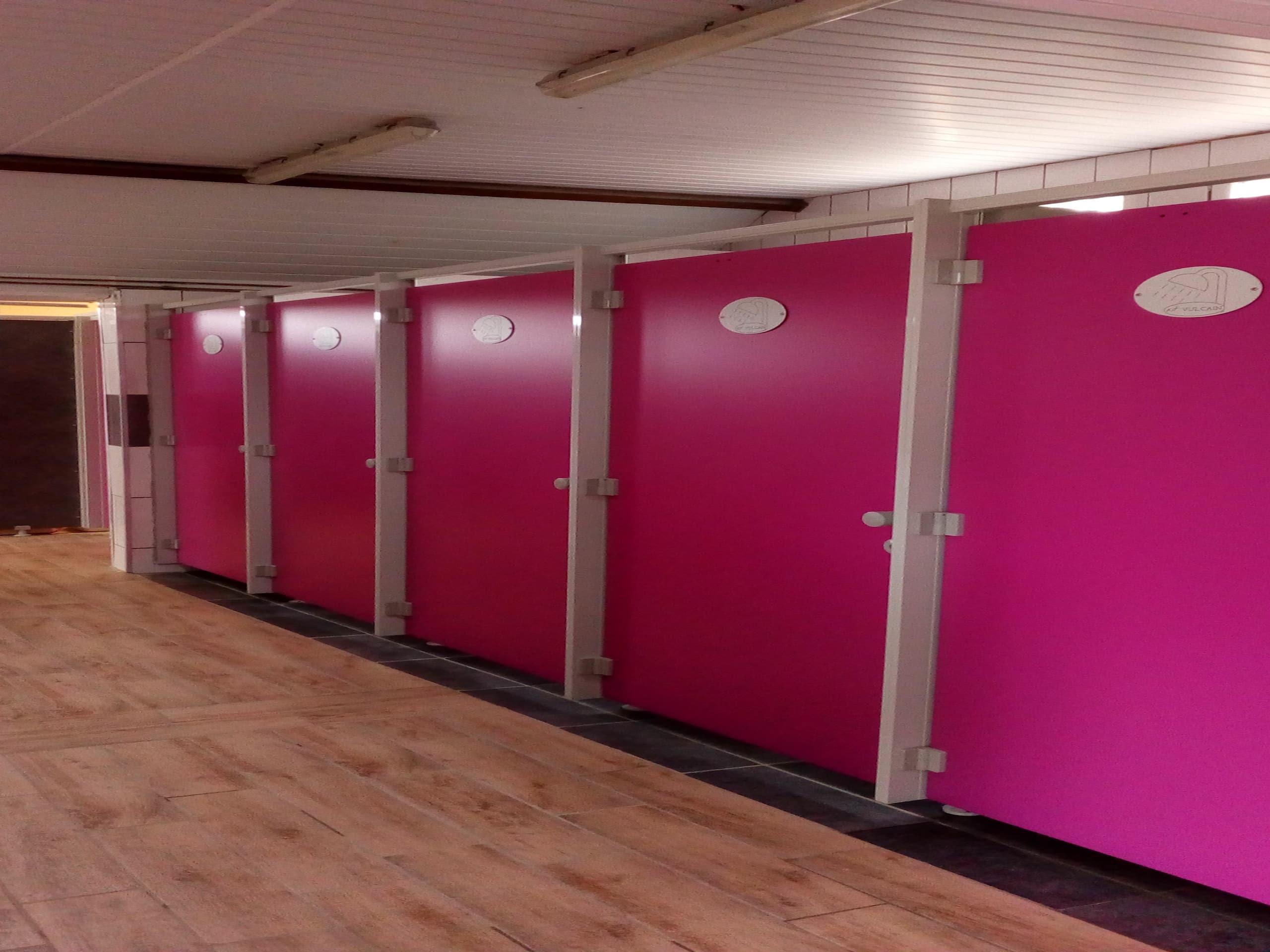 cloisons sanitaires fabriquées et installées par KVI créateur d'espaces sanitaires