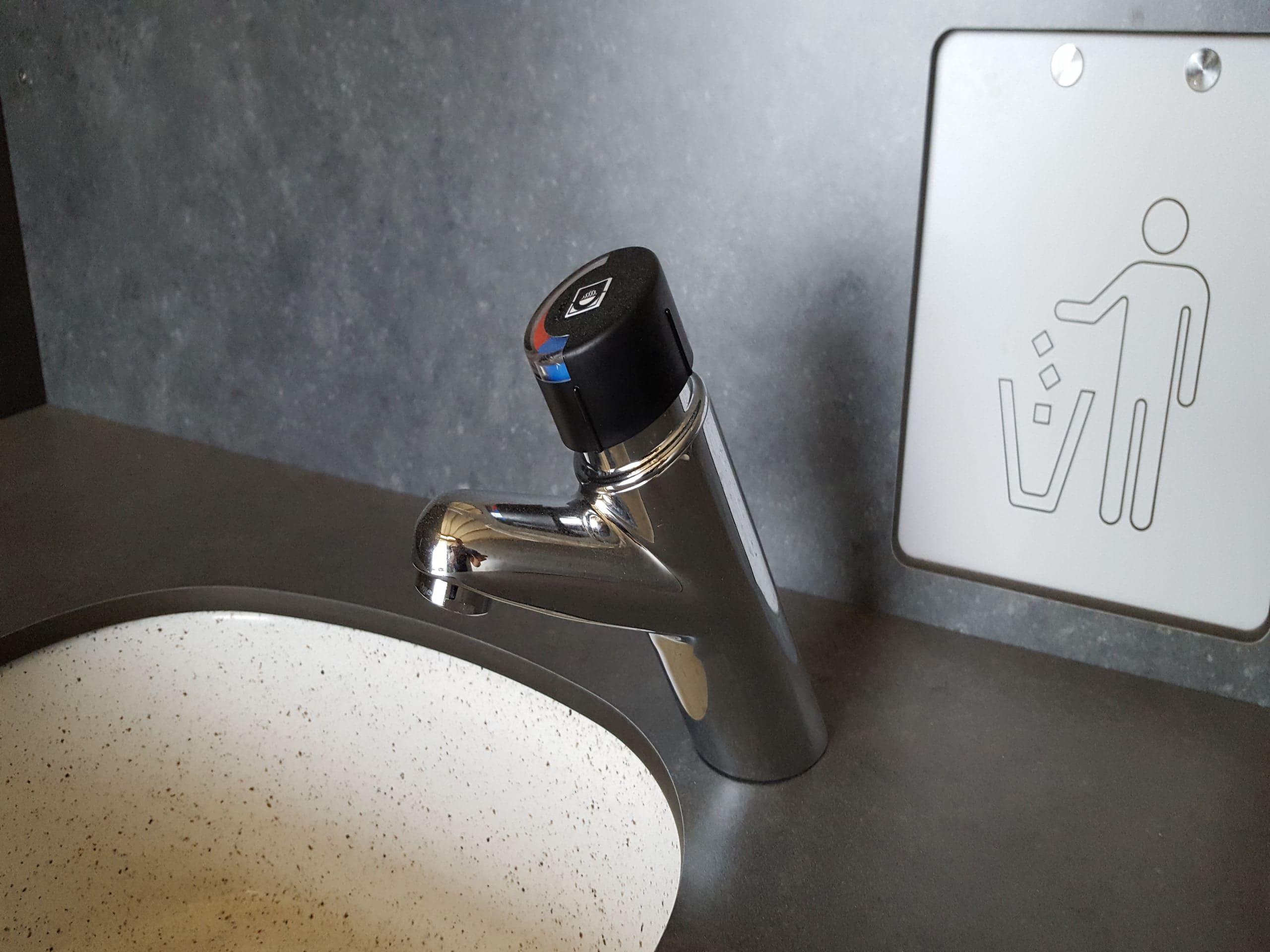 installation de robinetteries dans une cabine sanitaire polycompact