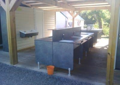 Bloc sanitaire pour camping avec robinetterie et dispositif de production d'eau chaude