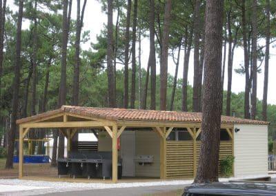 Bloc sanitaire ouvert dans un camping des Landes