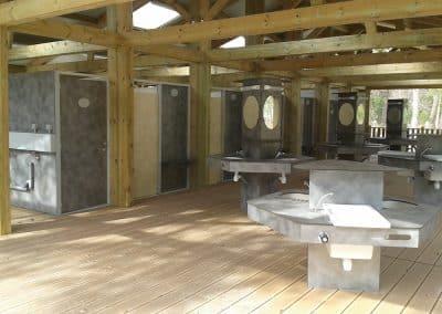 installation d'un bloc sanitaire ouvert et son aménagement, robinetteries, dans un camping