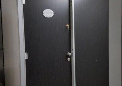 Cabine dans bloc sanitaire